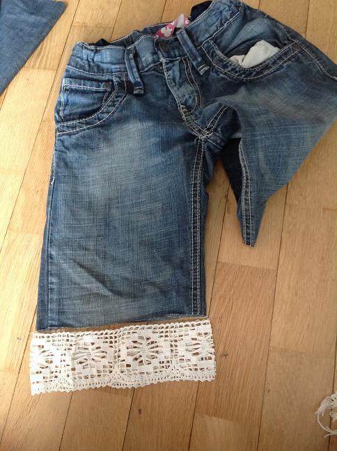 Jeans mit Loch - Spitze angepasst