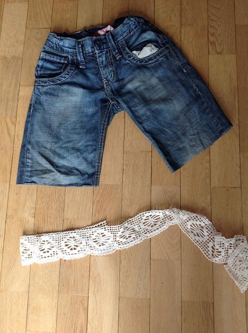 Jeans mit Loch - Spitze daneben