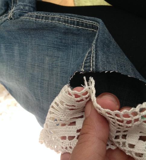 Jeans mit Loch - Spitze festgesteckt Naht