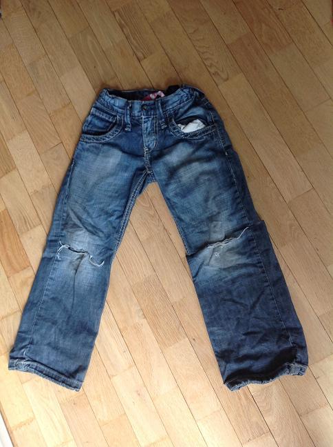 Kinder-Jeans mit Loch - vorher